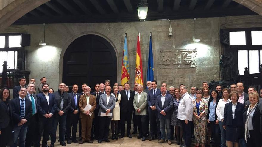 El president Ximo Puig y la consellera María José Salvador junto a Joan Ribó y otros alcaldes del área metropolitana de Valencia