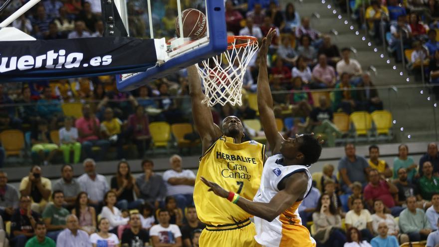 La primera canasta de Akindele de amarillo en el encuentro de este domingo ante el Fuenlabrada. ACB Media