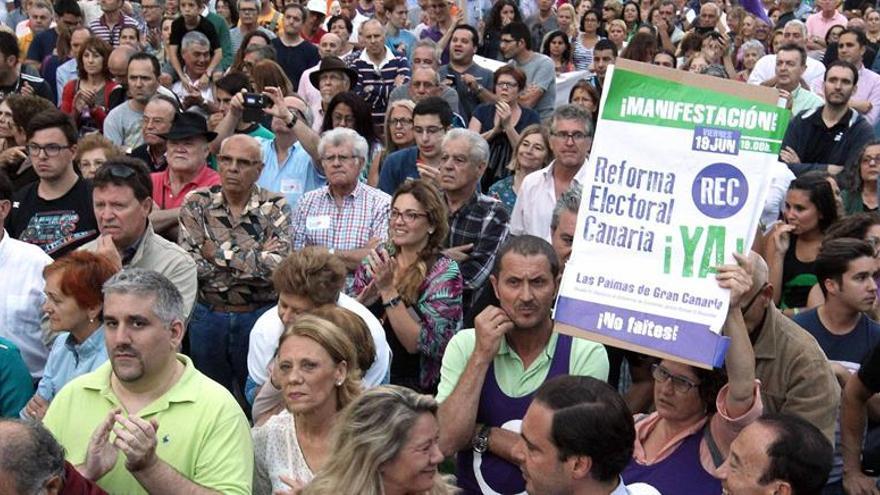 Cientos de personas durante la manifestación en Las Palmas de Gran Canaria por la reforma electoral. (EFE/Elvira Urquijo A).