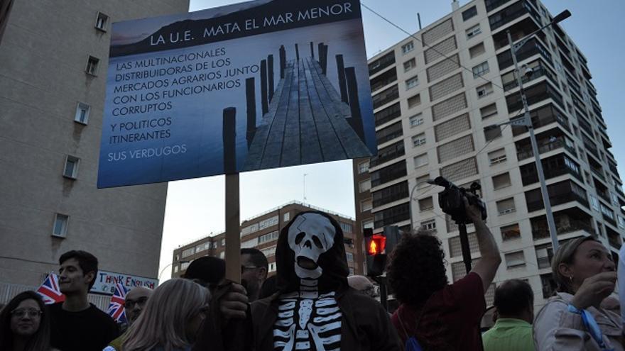 Manifestante cadavérico reclama soluciones para el Mar Menor