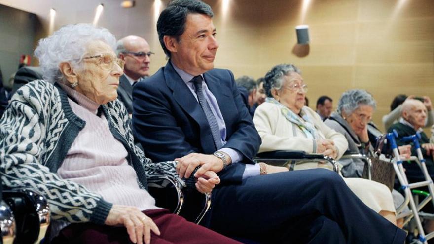 El presidente de la Comunidad de Madrid, Ignacio González, en un acto con mayores.