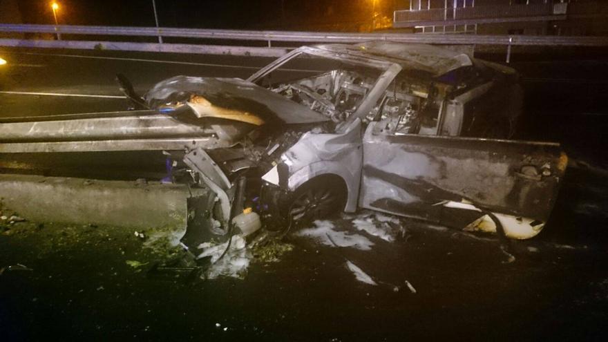 El vehículo quedó prácticamente calcinado. Foto: Bomberos La Palma.