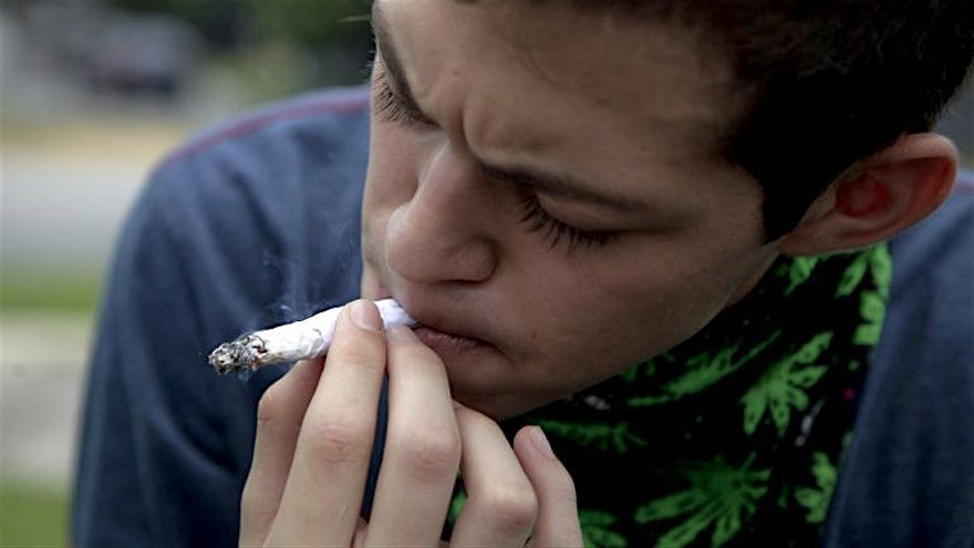 Un joven fumando cannabis