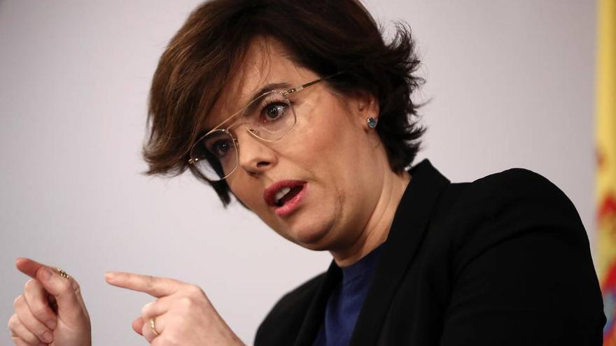La vicepresidenta Sáenz de Santamaría este jueves dando cuenta del recurso del Gobierno. EFE