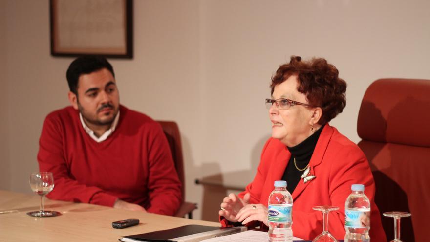 Isabel Medina junto al también escritor gomero Daniel María durante su última visita a la Isla