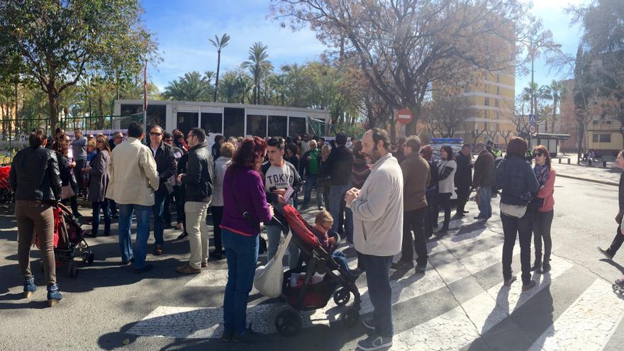 Madres, padres y vecinos concentrados en defensa de la guardería de La Paz, junto al solar que ocupaba / MJA