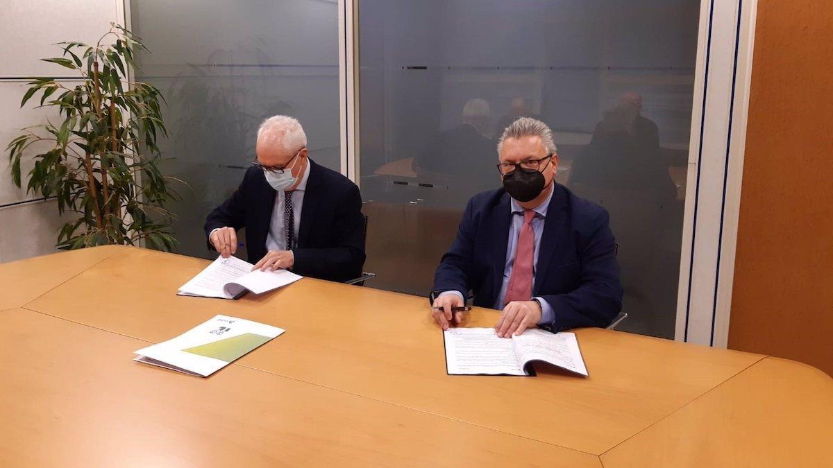 El gerente de Patrimonio y Urbanismo Sur de Adif, Fernando Gómez (izda.), y el alcalde de Puente Genil, Esteban Morales, durante la firma.