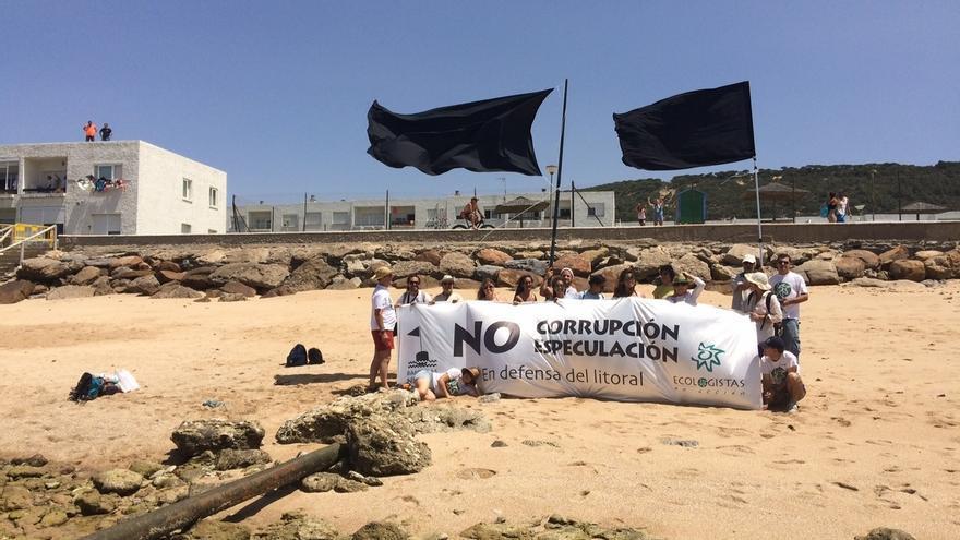 Ecologistas en Acción culminan en la playa de Caños de Meca su campaña 2016 de 'banderas negras' en el litoral