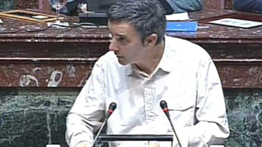 Antonio Urbina en la tribuna de la Asamblea Regional de Murcia