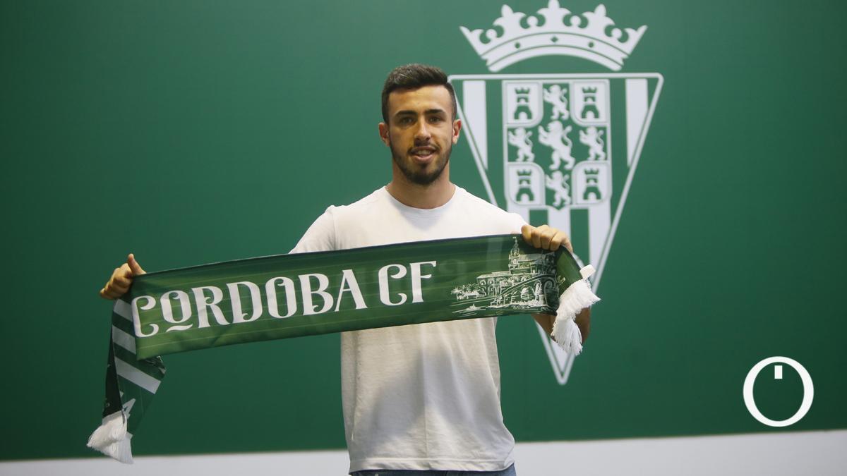 Carlos Puga posa con la bufanda del Córdoba