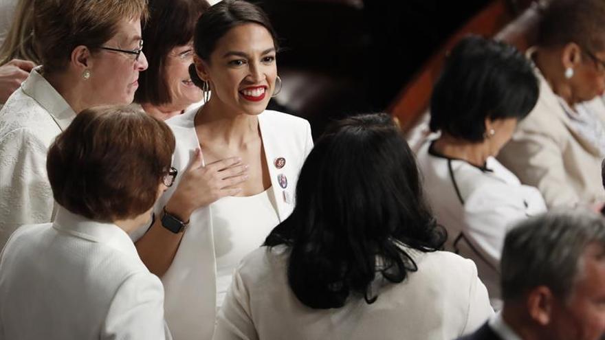 """Legisladoras usan un """"pin"""" con la foto de la niña guatemalteca que murió en EE.UU."""