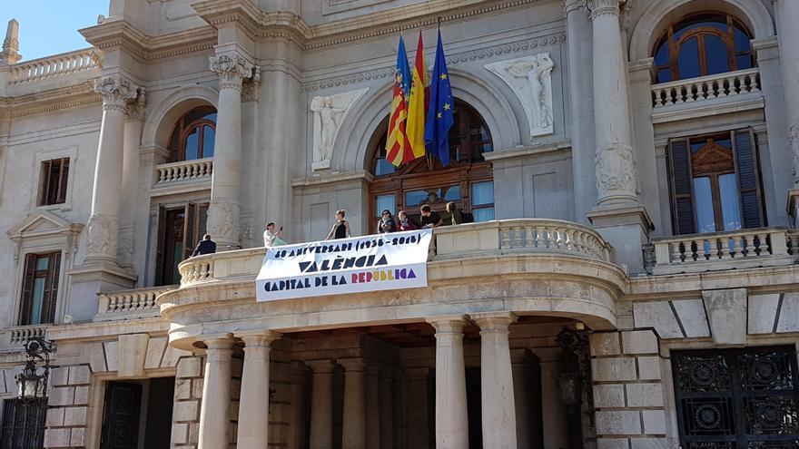 Pancarta en el balcón del Ayuntamiento rememorando el aniversario de la República
