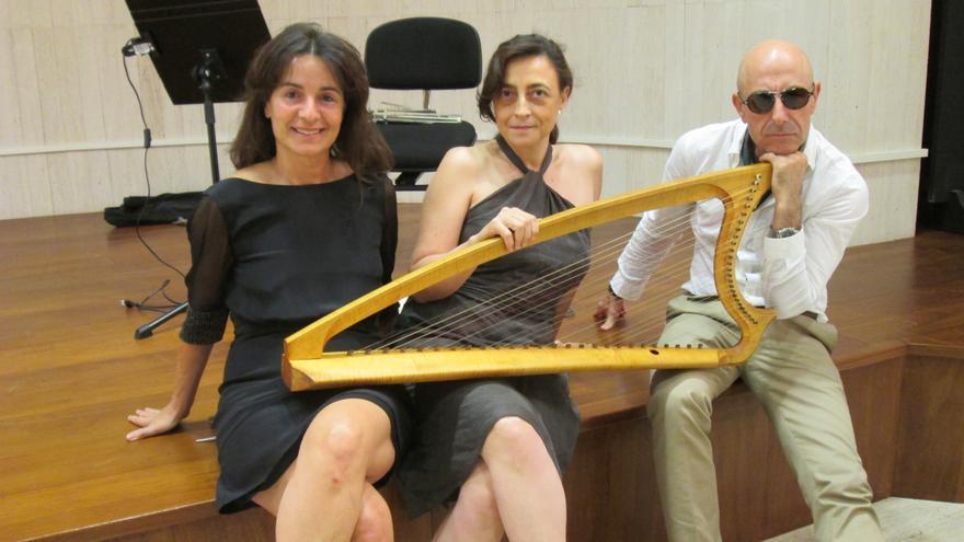 Cristina Fernández-Micheltorena,Susana Cermeño y Manolo Campoamor, este lunes en la Fundación CajaCanarias.