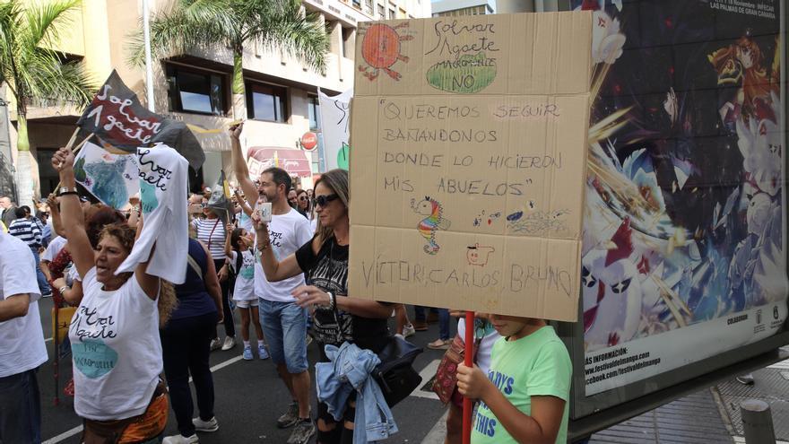 Manifestantes contra la ampliación del muelle de Agaete.