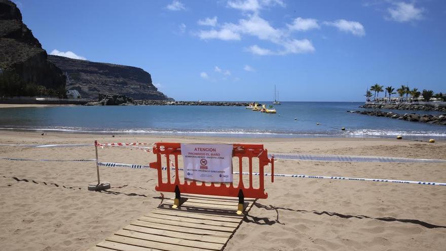 Valla con el cartel de prohibido en la Playa de Mogán. (ALEJANDRO RAMOS)