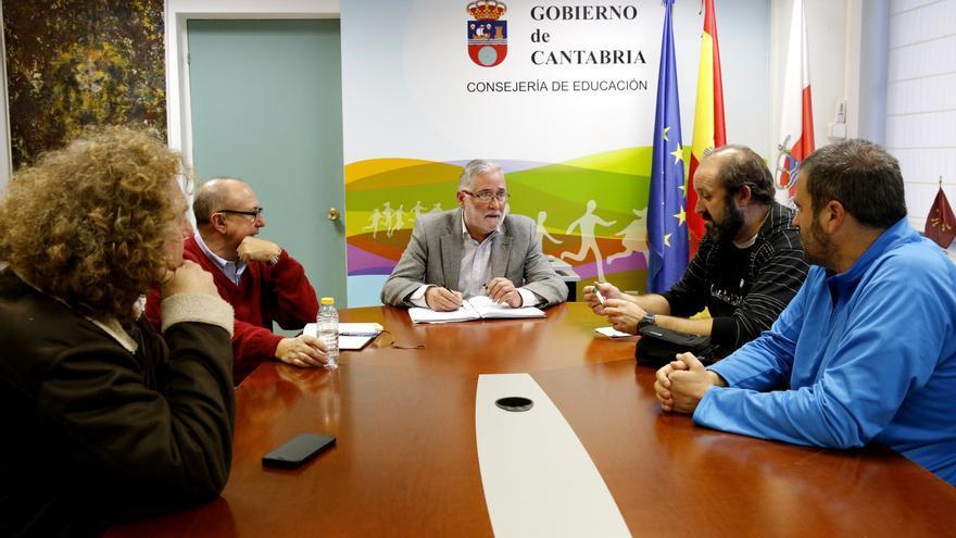 El consejero de Educación ha mantenido una reunión con los representantes de FAPA Cantabria. | LARA REVILLA