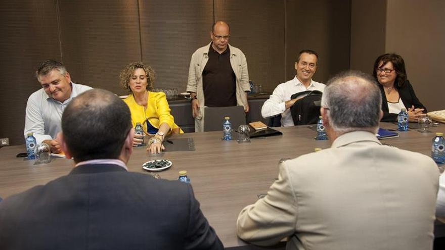 Los responsables de la comisiones negociadoras de Coalición Canaria María del Mar Julios (2i), José Miguel Barragán (c) y José Manuel Ruano (d), y del PSC-PSOE Francisco Hernández Spínola (de espaldas). EFE/Ángel Medina G.