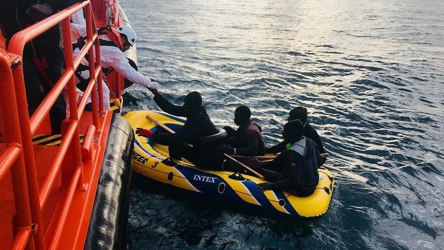 Trasladan a Barbate a cinco menores de edad tras rescatarlos de una patera en aguas del Estrecho