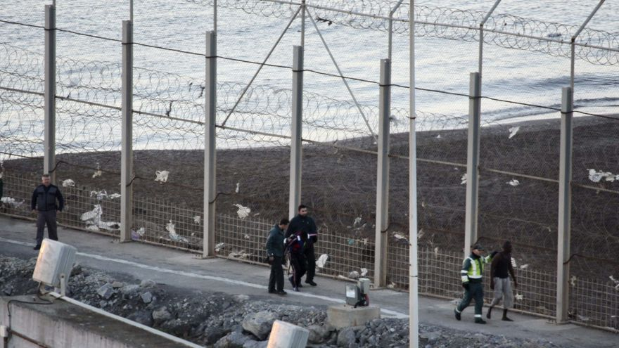 La Guardia Civil traslada a dos inmigrantes subsaharianos para ser devueltos a Marruecos después del intento de entrada a Ceuta donde murieron al menos 15 personas./ Efe