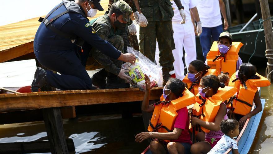 Entrega de cestas básicas de alimentos a los habitantes de la comunidad de São Sebastião, en el estado de Pará.
