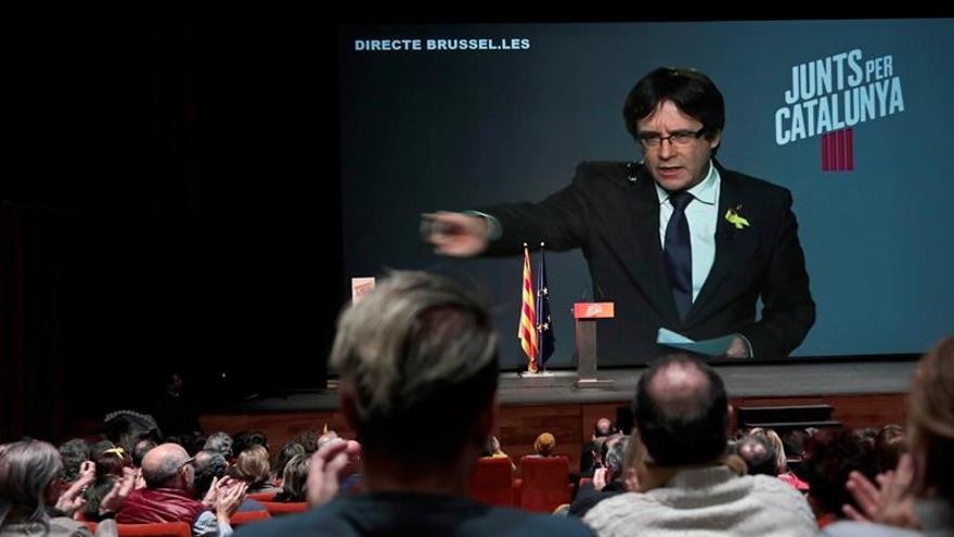 El expresidente de la Generalitat, Carles Puigdemont, interviene por videoconferencia desde Bruselas durante el acto electoral / EFE