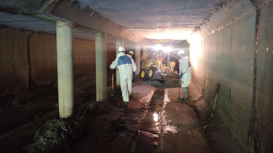 Operarios municipales desatascan el colector norte de toallitas