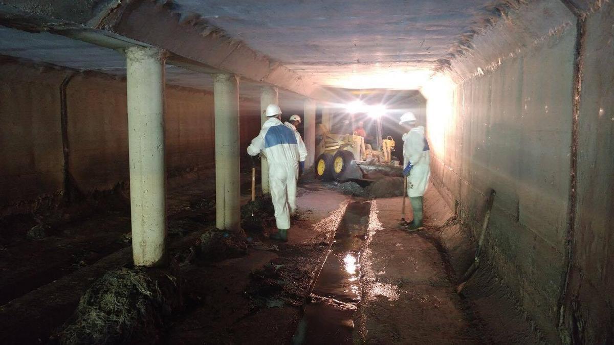 Operarios municipales desatascan el colector norte.