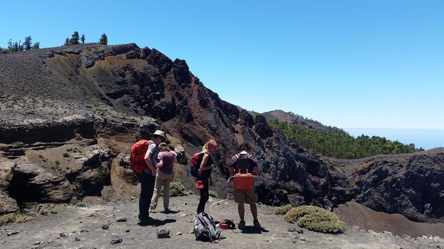 Equipo científico del Involcan, ITER y de la AIET, en el volcán de Cumbre Vieja. Foto: Cabildo de Tenerife.