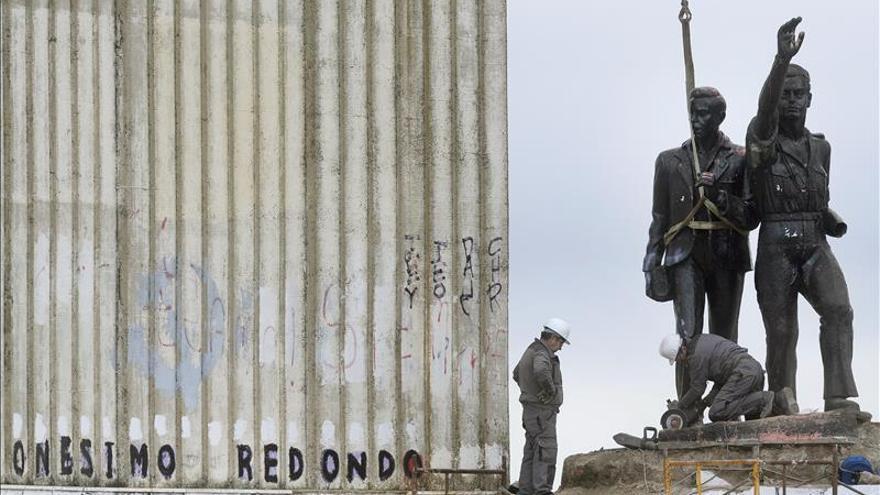 Comienza el desmontaje del monumento a Onésimo Redondo en Valladolid
