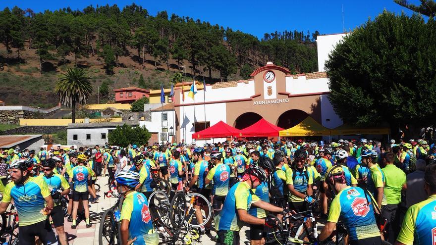 Concentración de ciclistas en el Ayuntamiento de Fuencaliente. Foto: JOSÉ AYUT.