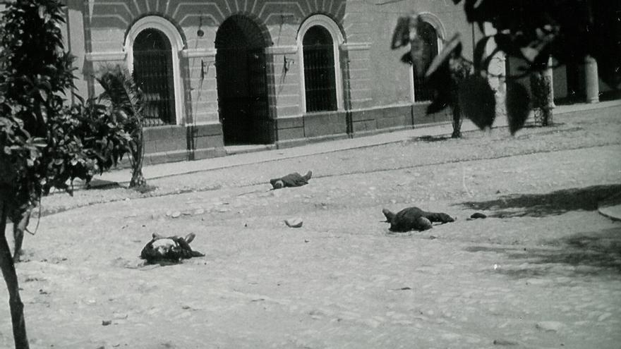 5 de agosto: cadáveres de izquierdistas en la Plaza de Llerena.