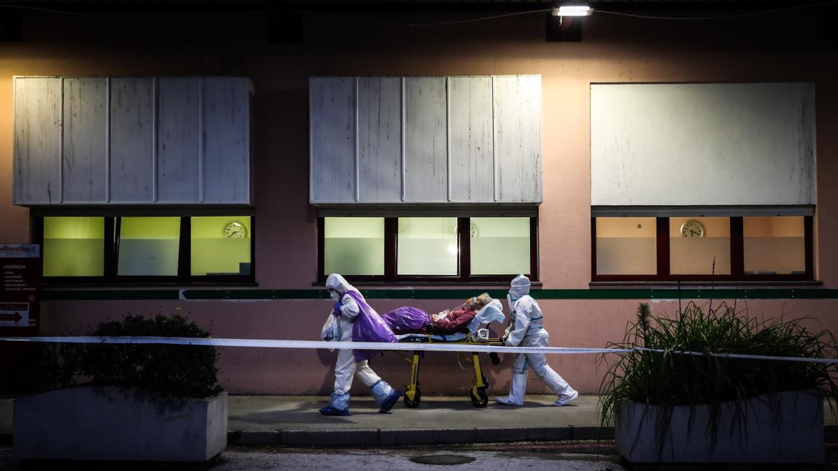 Dos sanitarios del hospital Amadora de Sintra trasladan a un paciente.