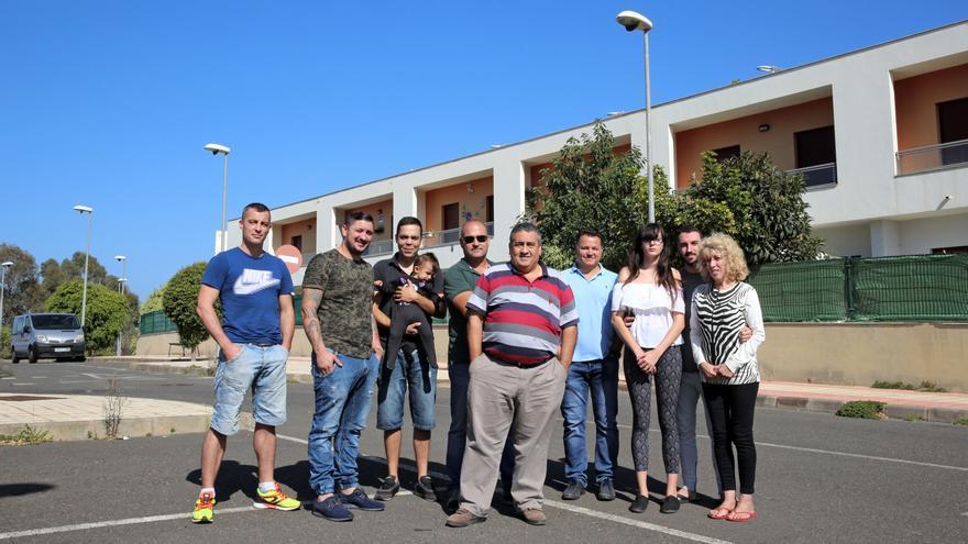 Varios de los inquilinos en la urbanización los Llanos de la Cruz en Firgas (Gran Canaria).