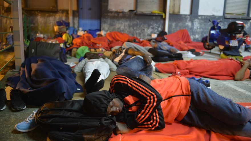 Campamento improvisado de migrantes en el aparcamiento de motocicletas de la estación de ferrocarril de Irún