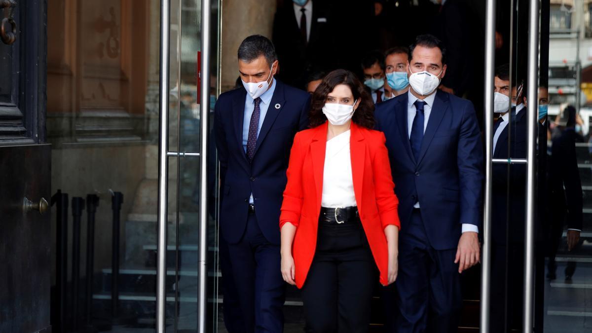 Pedro Sánchez, Isabel Díaz Ayuso e Ignacio Aguado salen de la sede del Gobierno de Madrid tras su reunión de pasado 21 de septiembre.