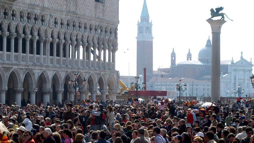 Turistas aglomeradas en la Plaza San Marcos, Venecia.
