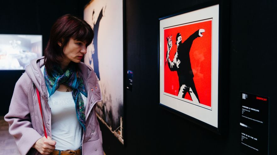An unauthorized exhibition by Banksy arrives in Spain at the height of street art: from the girl with a balloon to a Miguel Bosé in a doctor's gown