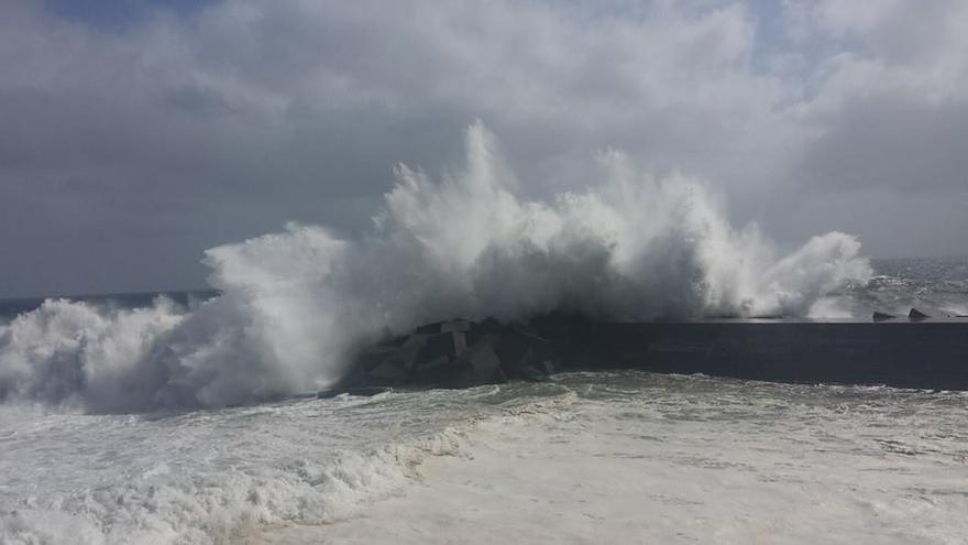 En la imagen, el mar batiendo en el dique de la playa de Santa Cruz de La Palma. Foto: JOSÉ TOMAS RODRÍGUEZ DE PAZ.