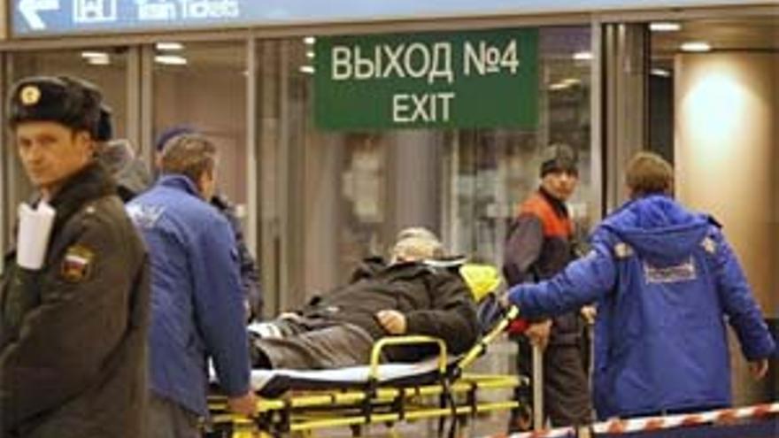 Traslado de uno de los heridos. (EUROPA PRESS)