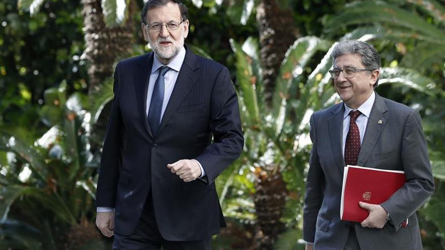 El presidente del Gobierno, Mariano Rajoy, y el delegado del Gobierno en Cataluña, Enric Millo.