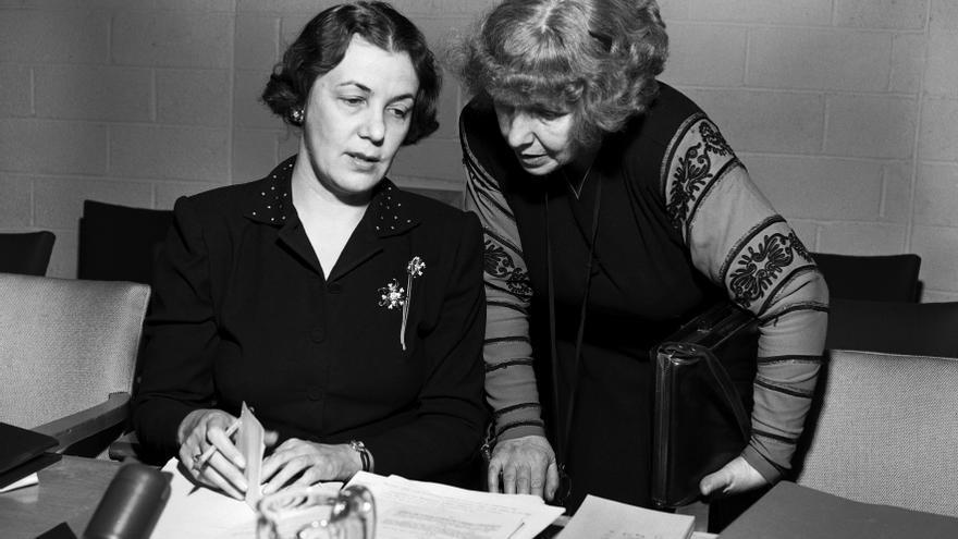 Bodil Begtrup, de Dinamarca (a la izquierda), con Dorothy Kenyon, de los Estados Unidos de América, antes de la apertura del segundo período de sesiones de la Comisión de la Condición Jurídica y Social de la Mujer, en Lake Success (Nueva York), en enero de 1948.