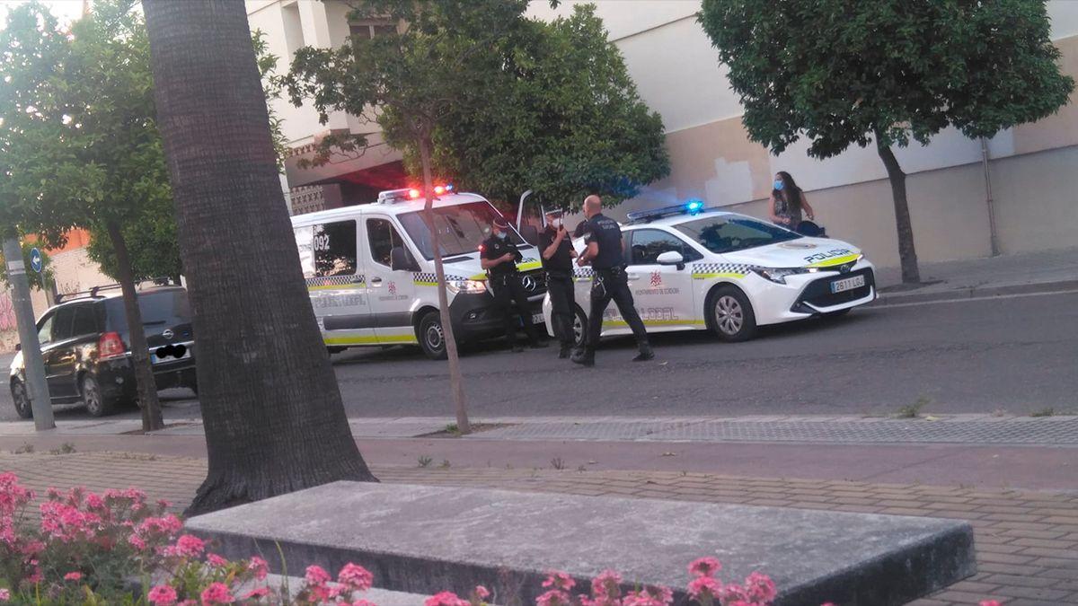 Vehículos de la Policía Local en el lugar del atropello en Escultor Fernández Márquez.