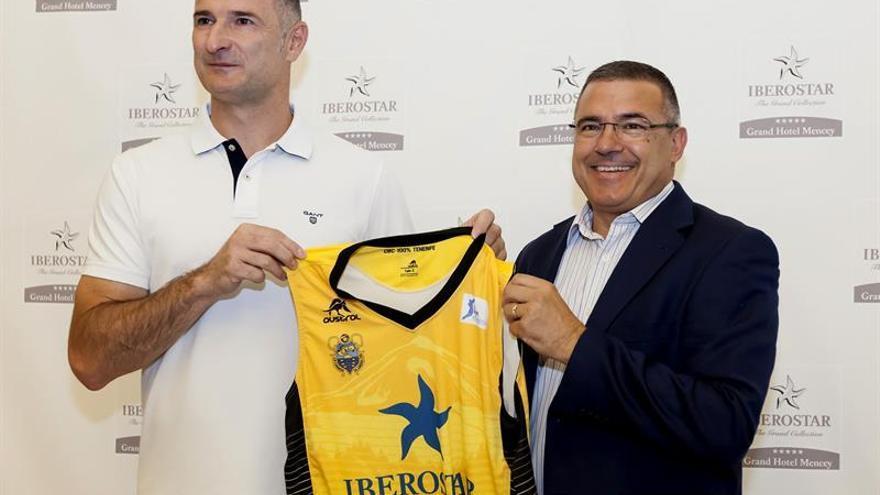 El exseleccionador de baloncesto de Bosnia, Nenad Markovic (i), durante su presentación como nuevo entrenador del Iberostar Tenerife, junto al presidente del club, Félix Hernández. EFE/Ramón de la Rocha
