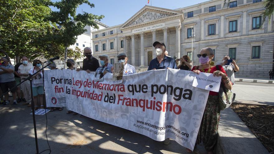 Varias decenas de personas participan en una concentración contra la impunidad del Franquismo, a 18 de julio de 2021, en Madrid (España).