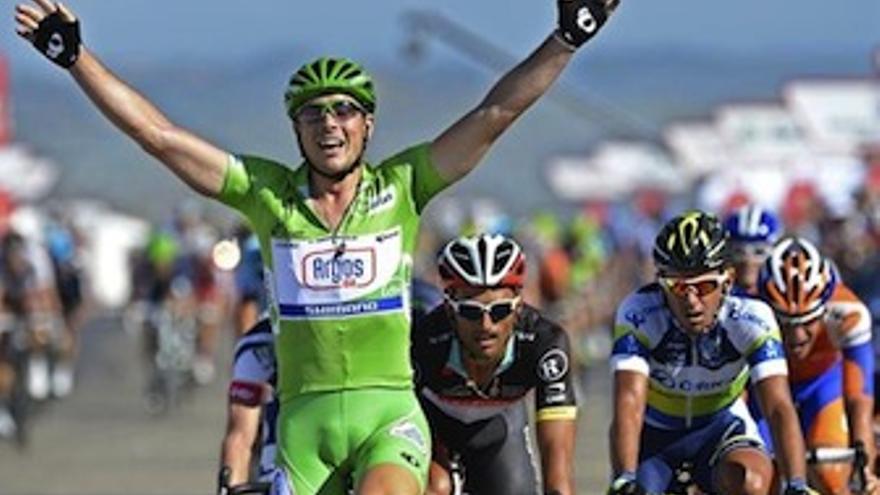 Degenkolb levanta los brazos en señal de victoria. (EP)
