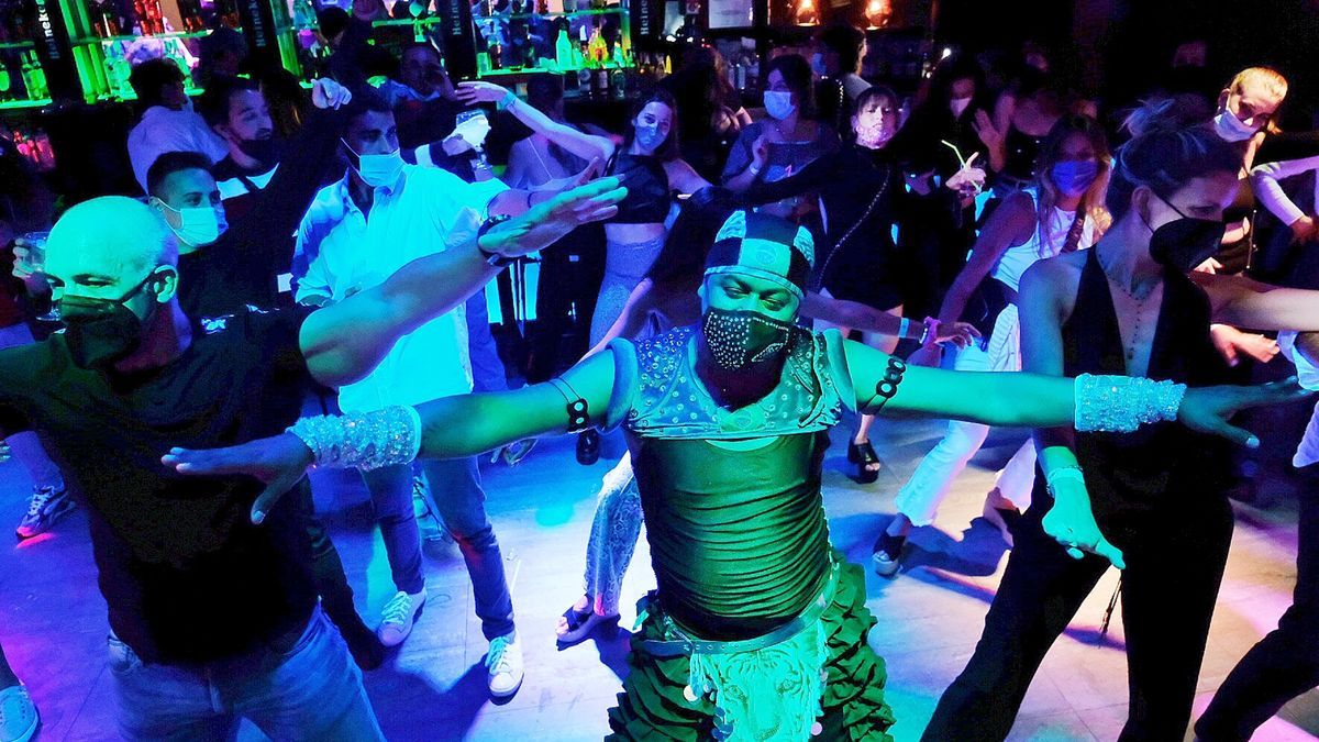 Un grupo bailando en una de las discotecas de Sitges en mayo de 2021.