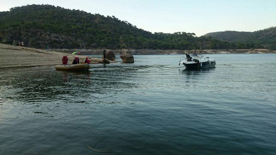Efectivos de emergencias en el rescate del cuerpo de la mujer de 23 años ahogada en el pantano de San Juan. / Comunidad de Madrid