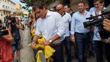 Albert Rivera retira lazos amarillos en la localidad barcelonesa de Aella.