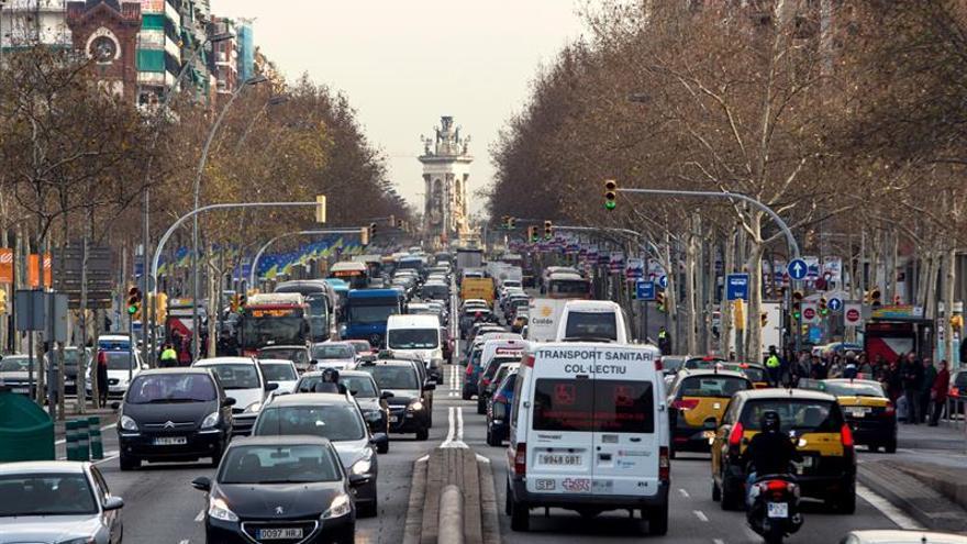 Barcelona estudia limitar los vehículos por matrícula si hay alta contaminación