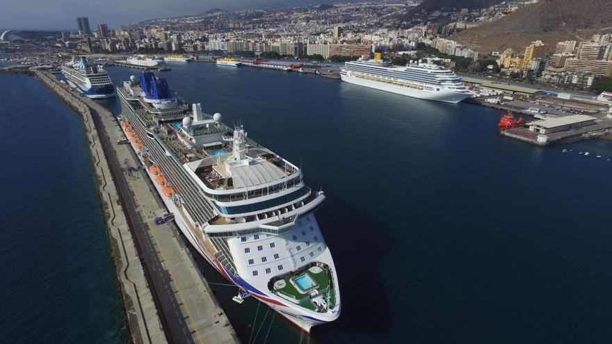 Cruceros atracados este viernes en el puerto de Santa Cruz